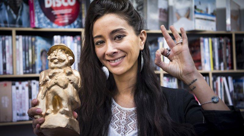 "Virginia Markus pose avec son ""Champignac d'Or"", ce samedi à Lausanne."