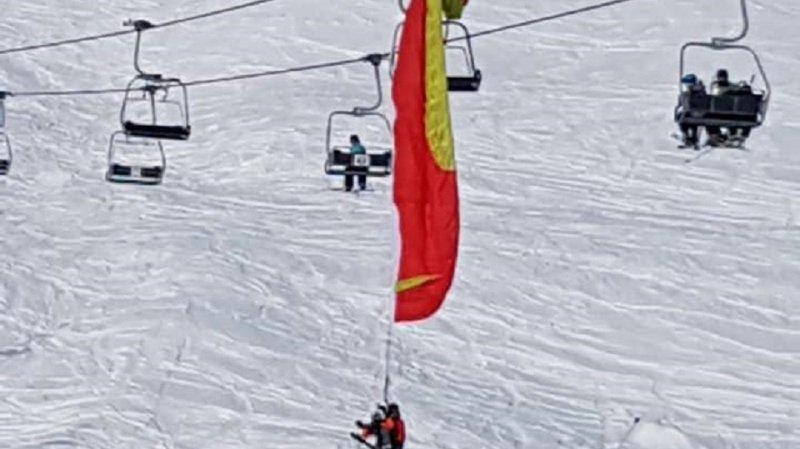La voile des deux parapentiste a percuté un câble, avant de terminer sa course dans un pylône du domaine skiable de Lauchernalp, dans le Haut-Valais.