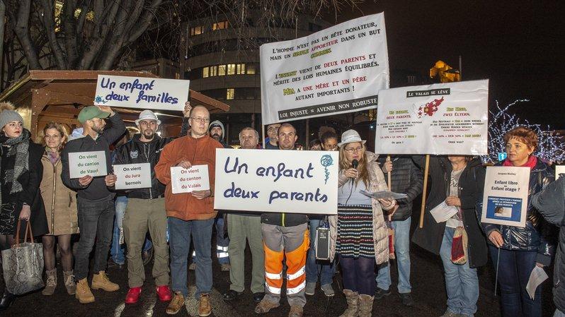 APEA: trente personnes manifestent à Sion pour revendiquer le droit de voir leurs enfants