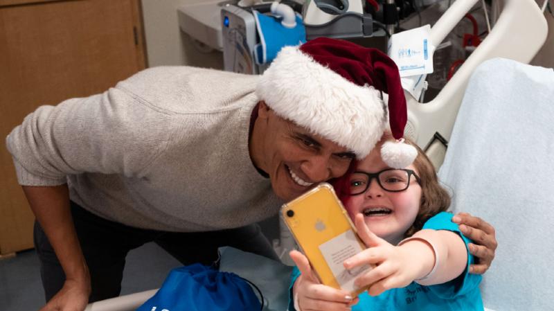 Etats-Unis: Obama, en père Noël, distribue des cadeaux à des enfants malades