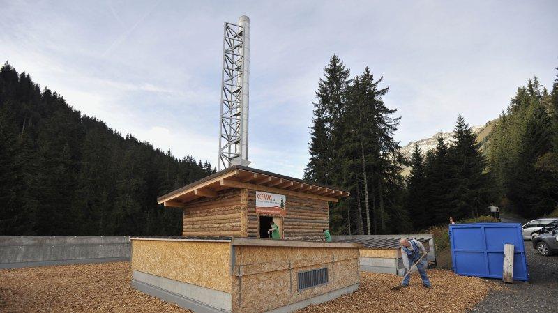 La centrale de chauffage à distance de Morgins permet potentiellement de chauffer 300 logements en envoyant l'eau chaude en circuit fermé sur 1,8 km à travers le village.