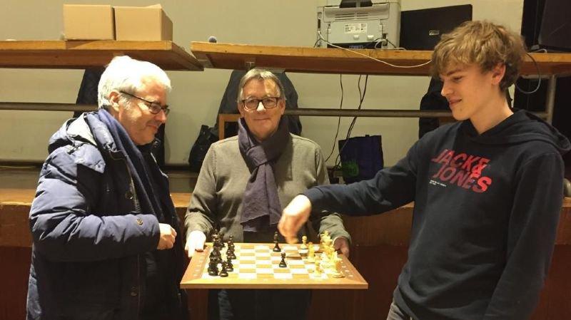 Jean-Daniel Delacroix, président du club de Monthey (au centre), en compagnie de Niels Willems (à dr.), vainqueur du tournoi, et de Pascal Vianin, meilleur joueur valaisan et 7e au classement final.