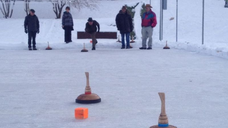 Le eisstock, mélange de pétanque et de curling. DR