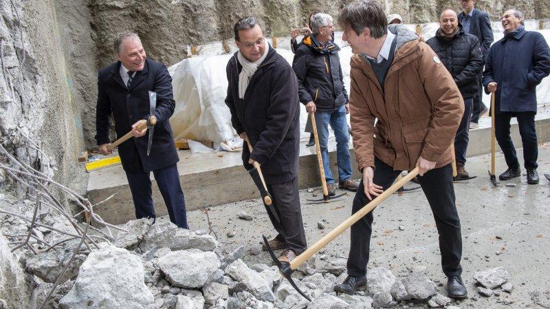 Le conseiller d'Etat Jacques Melly (tout à gauche), le président de Port-Valais Pierre Zoppelletto et le chef du Service de la mobilité Vincent Pellissier étaient présents pour le début du percement du tunnel.