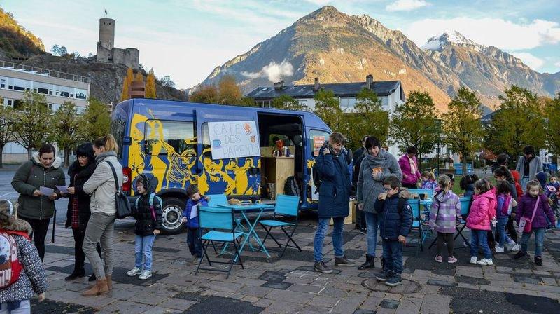 Le Blue Bus peut aussi être utilisé dans la cour de l'école pour aller à la rencontre des parents et des enfants.