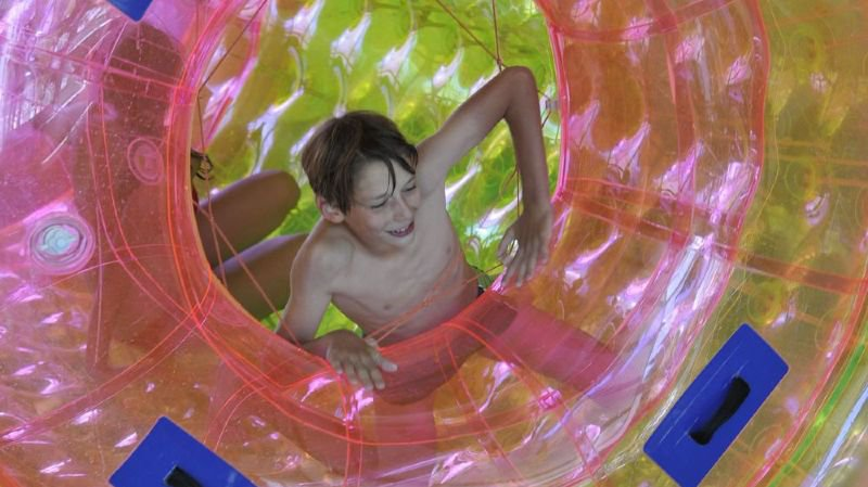Les enfants apprécient le roll ball à la piscine de La Tzoumaz.