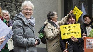 Infraction à la loi sur les étrangers: soutiens auprès d'Anni Lanz lors de son procès à Brigue