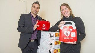 Cœur Wallis offre un premier lot de 115 défibrillateurs à 35 communes valaisannes