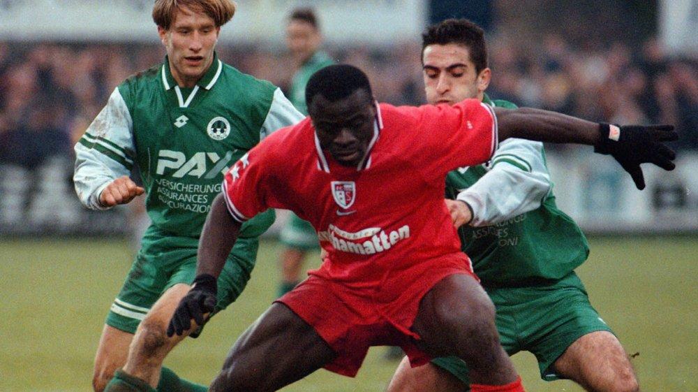 Ahmed Ouattara se débat contre deux joueurs de Kriens lors d'un match disputé au printemps 1995.