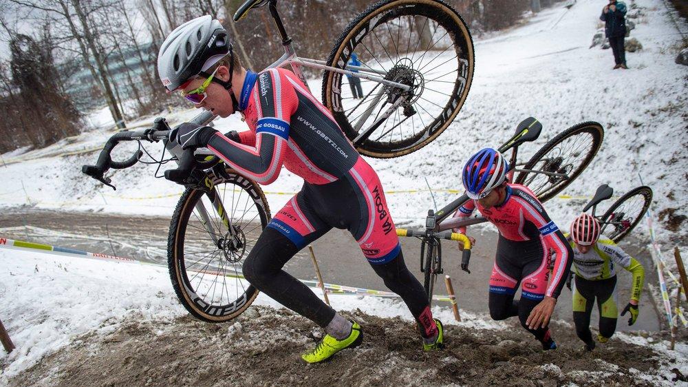 L'une des particularités du cyclocross, c'est le portage de son vélo sur certaines portions.