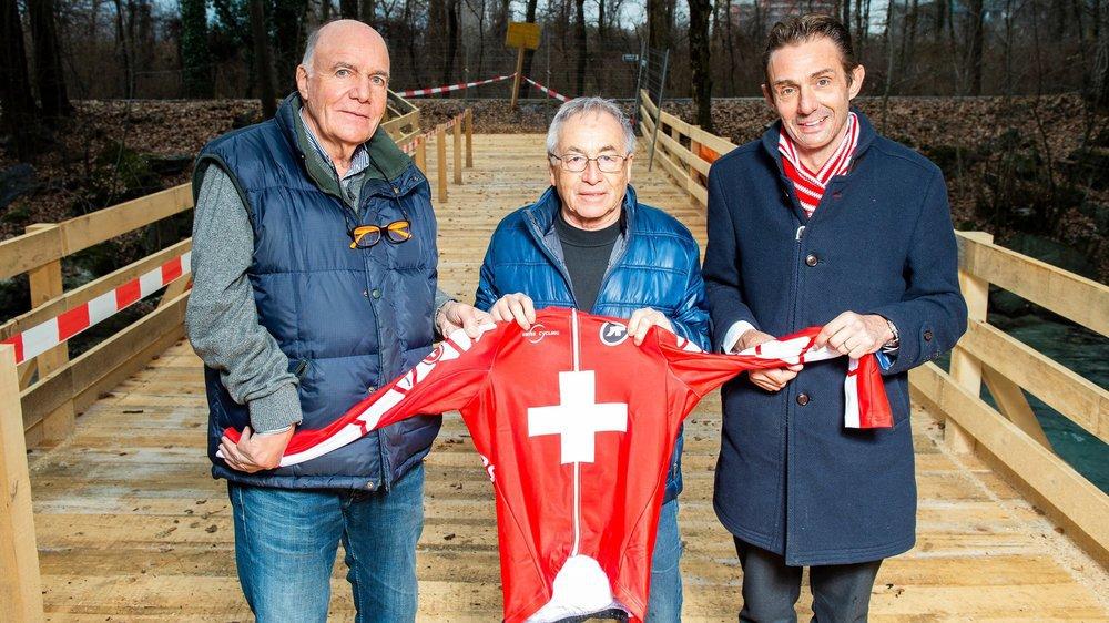 Jean-Paul Debons, responsable des finances, Georgy Debons, responsable technique et Michel Barras, président du comité d'organisation, attendent de décerner le maillot de champion de Suisse. Ils posent sur la passerelle construite pour l'occasion.
