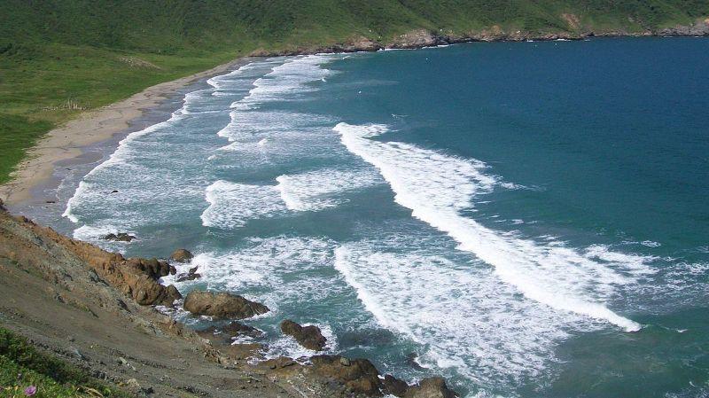 La plage est connue pour ses vagues pouvant atteindre les six mètres de hauteur.