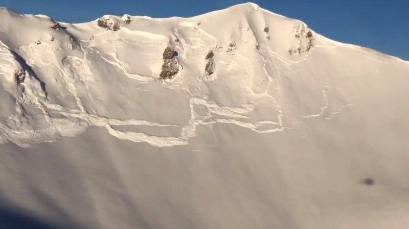 La dernière bombe larguée par hélicoptère emmène la couverture neigeuse de toute la face.