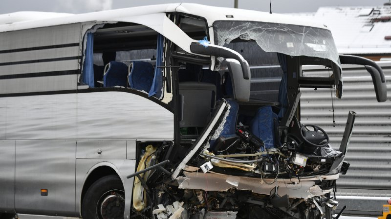 Le car, qui venait de Gênes et devait se rendre à Düsseldorf, avait foncé dans un mur sur une partie d'autoroute inachevée.