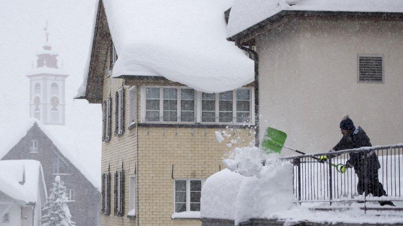 Glaris: un enfant de 4 ans tombe du 3e étage à Näfels, la neige amortit sa chute