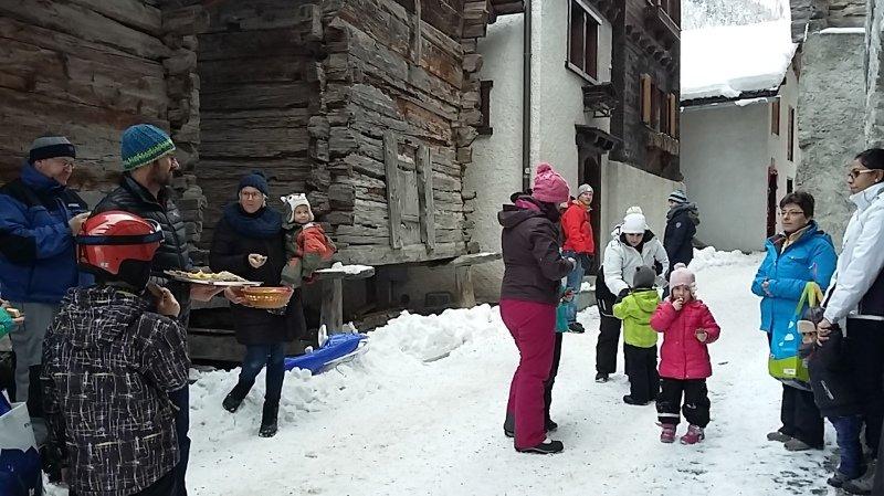 Une part de fromage est offerte aux enfants après la lecture de la légende.