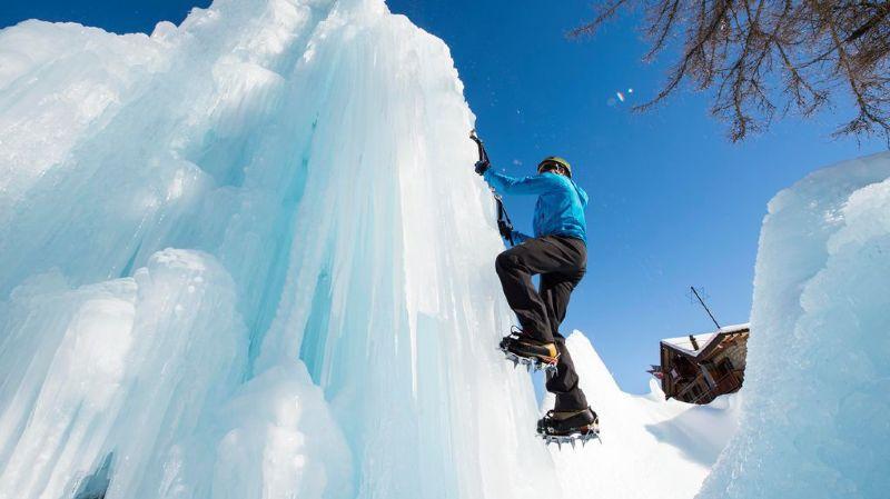 De l'escalade sur glace est proposée à Champex-Lac, si la météo le permet.