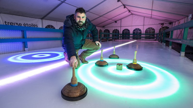 Christophe Morand n'a pas hésité, il a choisi la patinoire avec des leds dans la glace.