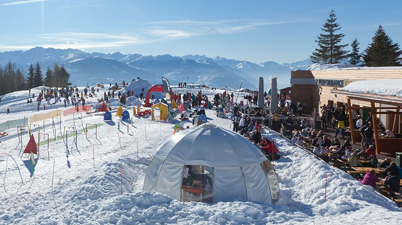 Sur le golf de Crans-Montana, Snow Island offre un joli espace aux enfants de tous âges pour s'éclater sur la neige.