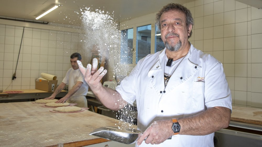 A Sierre, Werner Moreillon tient sa boulangerie depuis 34 ans. Pour survivre face à la concurrence des super-marchés et stations-services, il mise sur la proximité et le côté authentique de ses produits.