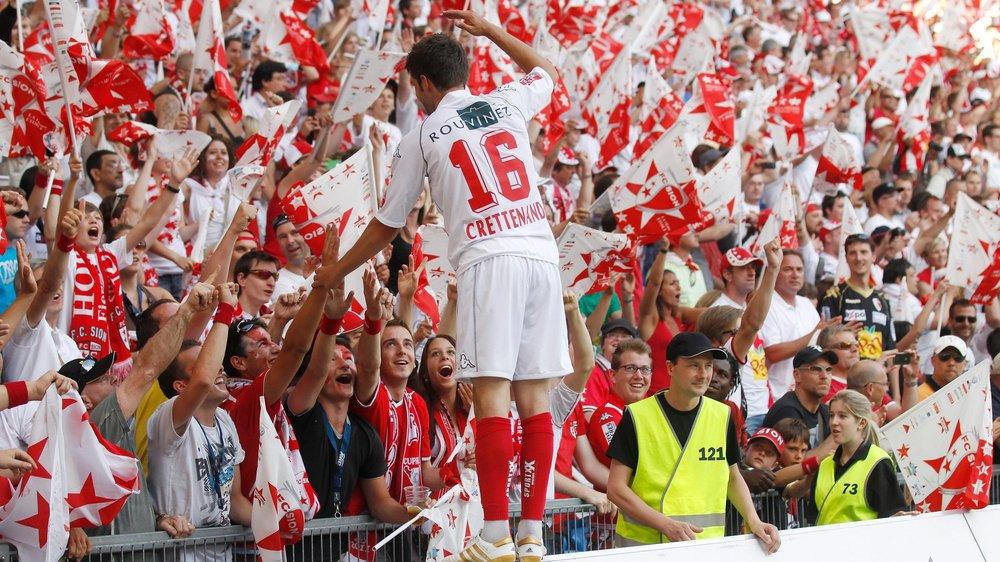 Didier Crettenand salue les supporters du FC Sion après la victoire en finale de la Coupe de Suisse contre Neuchâtel Xamax en 2011 à Bâle.