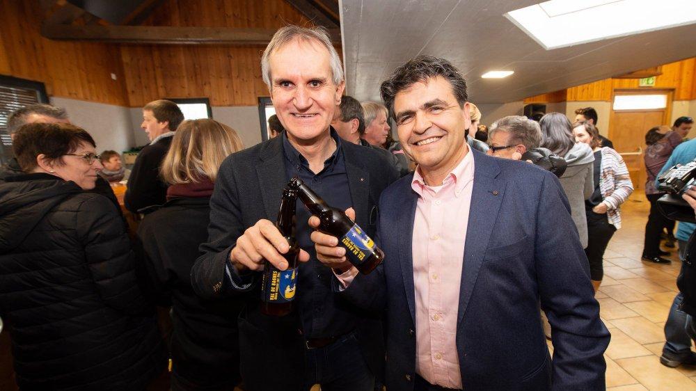 Eloi Rossier, président de Bagnes, et Christophe Maret, président de Vollèges, ont savouré leur victoire en dégustant la nouvelle bière Val de Bagnes.