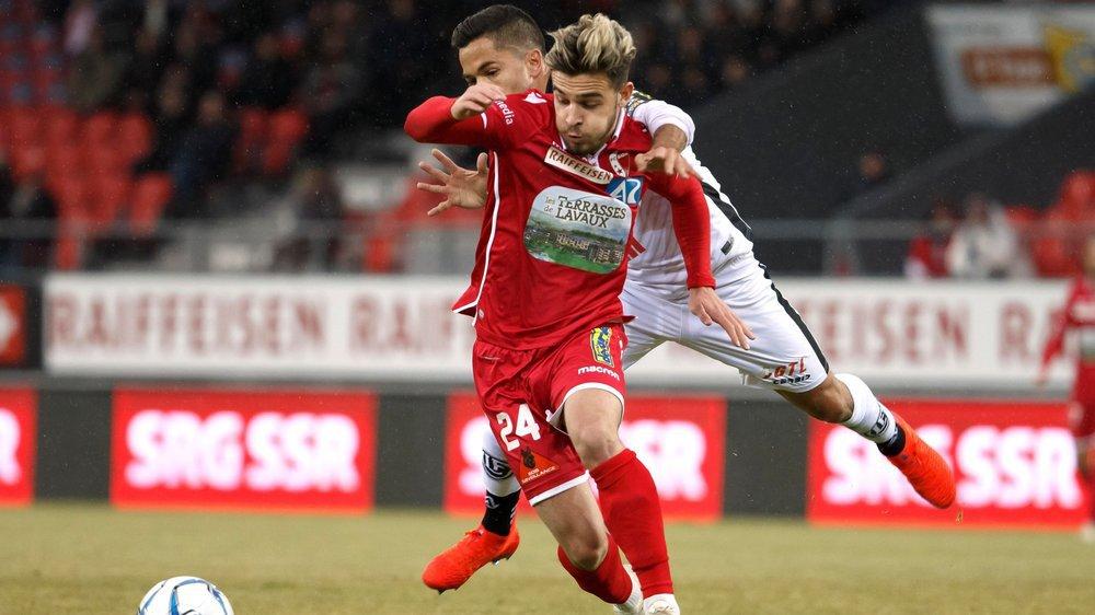 Bastien Toma échappe au contrôle de Jonathan Sabbatini lors du match entre Sion et Lugano dimanche.