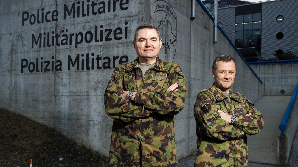 Le brigadier Hans Schatzmann, commandant de la police militaire, et le colonel EMG André Mudry ne regrettent pas d'avoir déménagé en Valais.