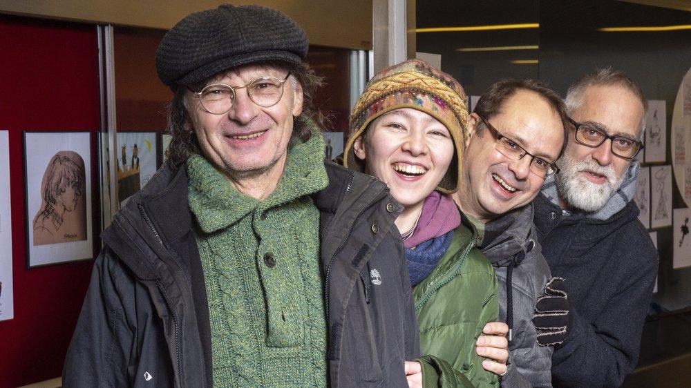 Wozniak et Adelinaa, du «Canard enchaîné», – manque Kerleroux absent – en compagnie de Patrice Zeltner et de François Maret, les régionaux de l'étape, lors du vernissage de l'exposition de dessins de presse à la galerie Art Métro de Sierre.