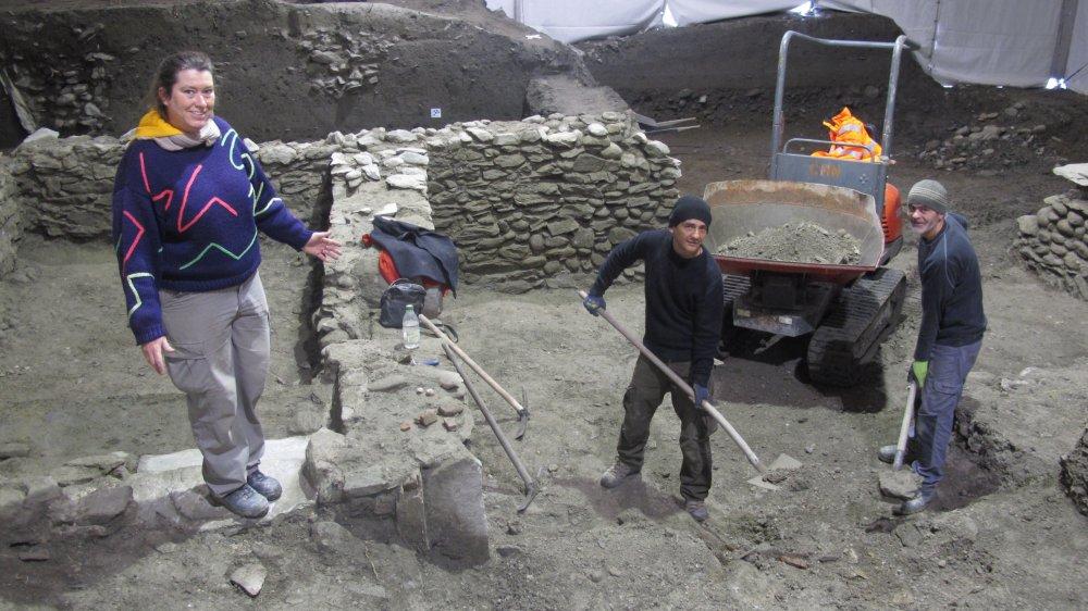 Marie-Paule Guex, archéologue responsable du chantier, présente une partie des vestiges découverts lors du creusement du parking souterrain du Midi.
