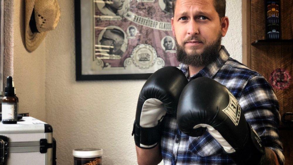 Pour le clin d'œil, Fred Vidal, l'artisan sédunois  déterminé à protéger la profession de barbier, a enfilé ses gants de boxe.