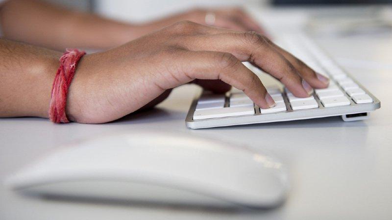"""En Suisse, la """"sextorsion"""" rapporte des centaines de milliers de francs aux cyber-arnaqueurs"""
