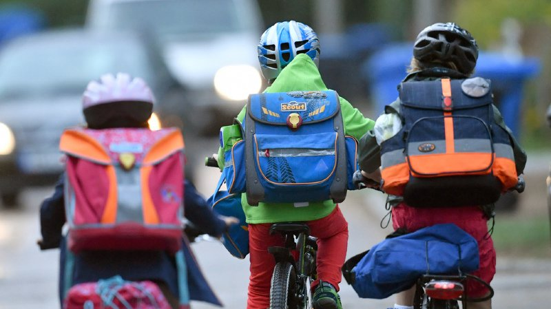 Pour la sécurité des enfants de moins de 12 ans, le Conseil fédéral veut autoriser ces derniers à rouler sur les trottoirs. (illustration)