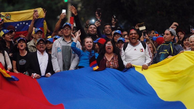 """Mercredi, devant des dizaines de milliers de Vénézuéliens, Juan Guaido s'est autoproclamé """"président en exercice"""" du pays, en vue d'installer un """"gouvernement de transition"""" et d'organiser des """"élections libres""""."""