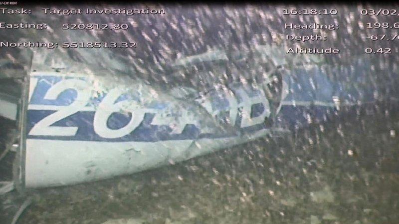 """Disparition d'Emiliano Sala: les enquêteurs essaient de """"récupérer le corps"""" repéré dans l'épave"""