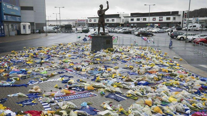 De nombreuses personnes sont venues rendre hommage vendredi au footballeur Emiliano Sala devant le stade de football de Cardiff City, au Pays-de-Galles.