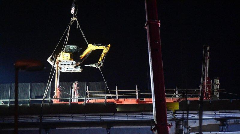 Il a fallu toute la journée de vendredi et une partie de la nuit pour découper ce segment de 36 mètres de long, 18 mètres de large et près de 1000 tonnes.