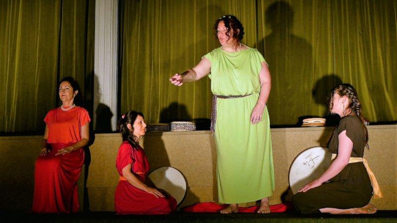 Depuis 2013, la compagnie Apaconté a préparé et fait tourner divers spectacles (ici «Aphrodite sans dessus-dessous») et propose chaque année un repas-spectacle pour la Saint-Valentin.