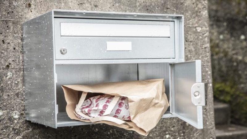 La Poste tente de se renouveler en livrant du pain dans les boîtes aux lettres de Berne et ses environs.