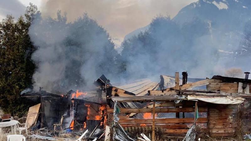 Le cabanon a été entièrement ravagé par les flammes.