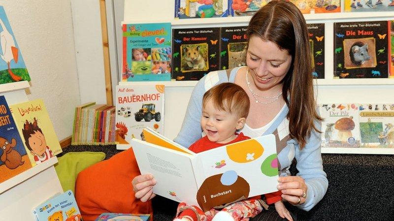 Lors des rencontres Né pour lire, une sélection de livres est mise à la disposition des parents et de leurs tout-petits.