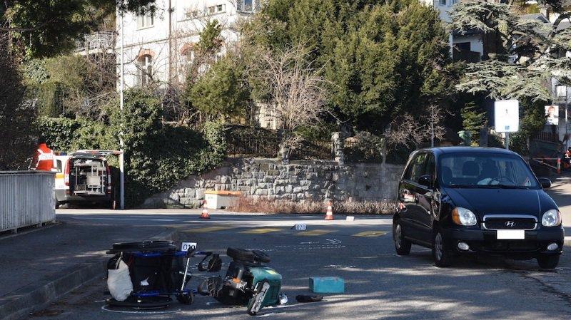 La voiture l'a percuté et projeté au sol.