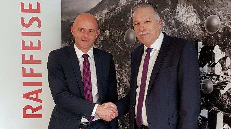 Samuel Romailler (à gauche) prend la succession de Jean-Michel Revaz à la tête de la banque Raiffeisen de Sion et Région.