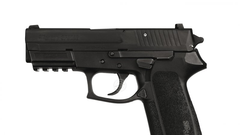 L'homme a fait feu avec un pistolet SIG.