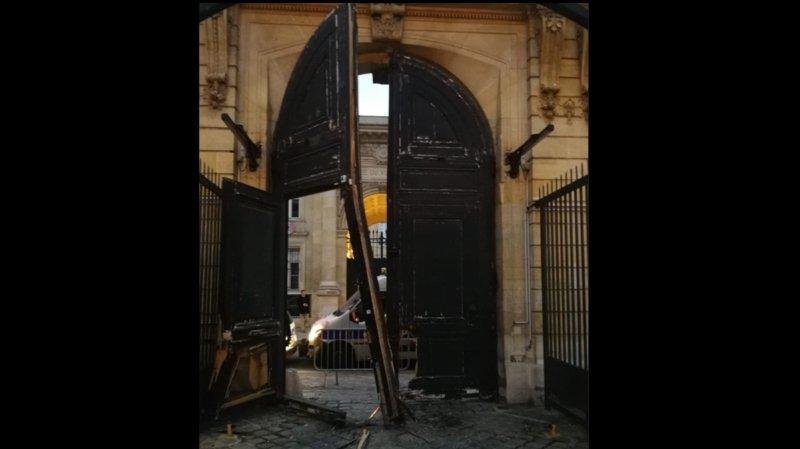 La porte du ministère avait été forcée à l'aide d'un chariot élévateur.