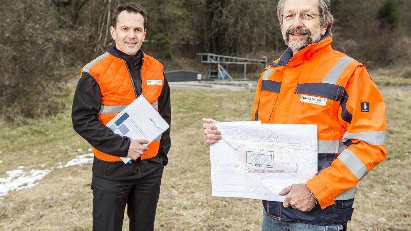 Pascal Helfer, chef de projet et Jean-Marc Lavanchy, hydrologue expert, sur le site de la mise à l'enquête du projet de géothermie à Lavey.