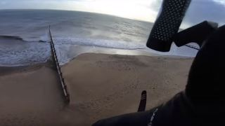 Angleterre: ce kitesurfeur réalise un saut complètement fou de plus de 200 mètres