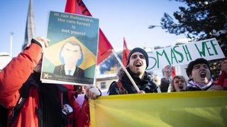 Davos: une centaine de jeunes socialistes suisses manifestent contre le Forum économique mondial