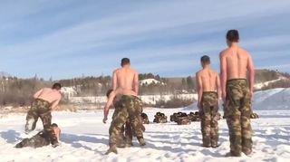 Chine: des policiers s'entraînent torse nu sur la neige par -30 degrés