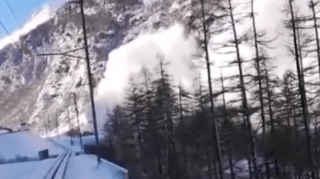 Mattertal: un conducteur de train s'arrête pour laisser passer une avalanche